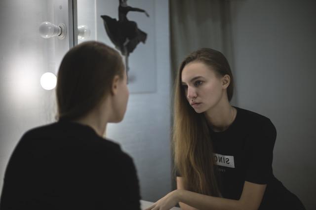鏡を見る人